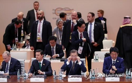 7月7日上午,在汉堡,韩国总统文在寅(前排右二)出席G20峰会(韩联社)