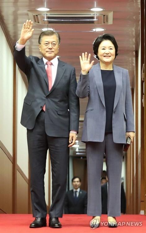 7月10日上午,在首尔机场,韩国总统文在寅(左)结束为期6天的德国访问乘专机回国。陪同出访的文在寅夫人金正淑女士同机回国。(韩联社)