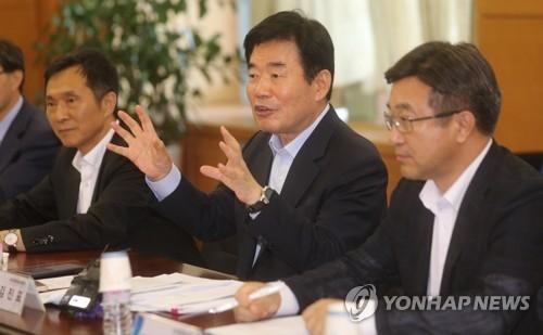 资料图片:国政企划咨询委员会委员长金振杓(中)在发言。(韩联社)