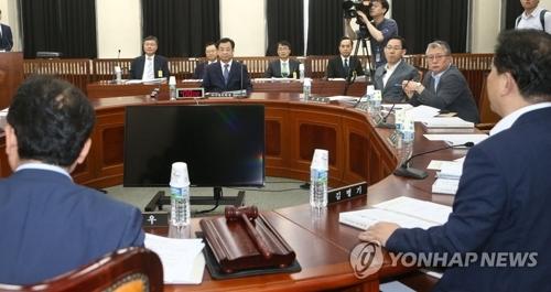 7月11日上午,韩国国会情报委员会在国会大楼举行全体会议。(韩联社)