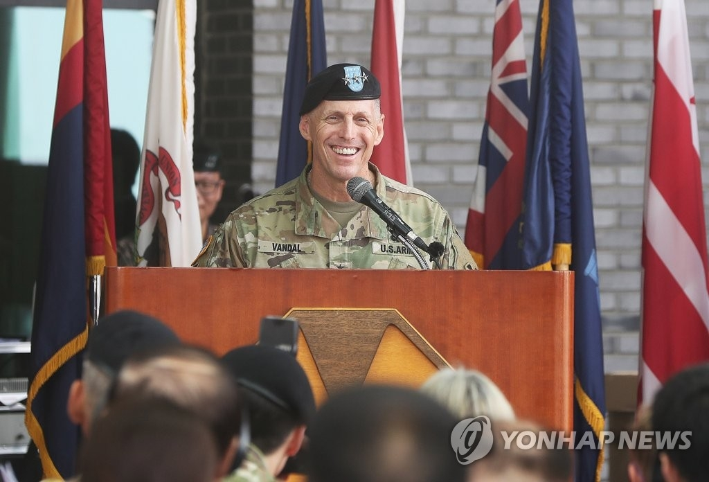 美军第8集团军司令托马斯·范达尔在司令部大楼剪彩仪式上致欢迎词。(韩联社)