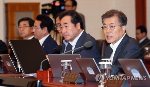 7月11日,在青瓦台,总统文在寅(右一)主持召开国务会议。(韩联社)