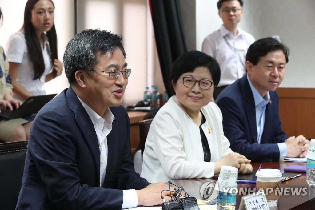 韩国经济副总理兼企划财政部长官金东兖(左一)在座谈会上发言。(韩联社)