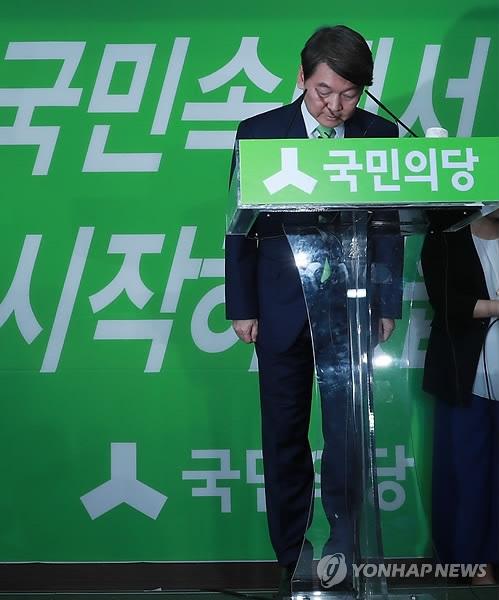 7月12日,在位于首尔汝矣岛的国民之党办公室,国民之党前党首安哲秀在记者会上低头道歉。(韩联社)