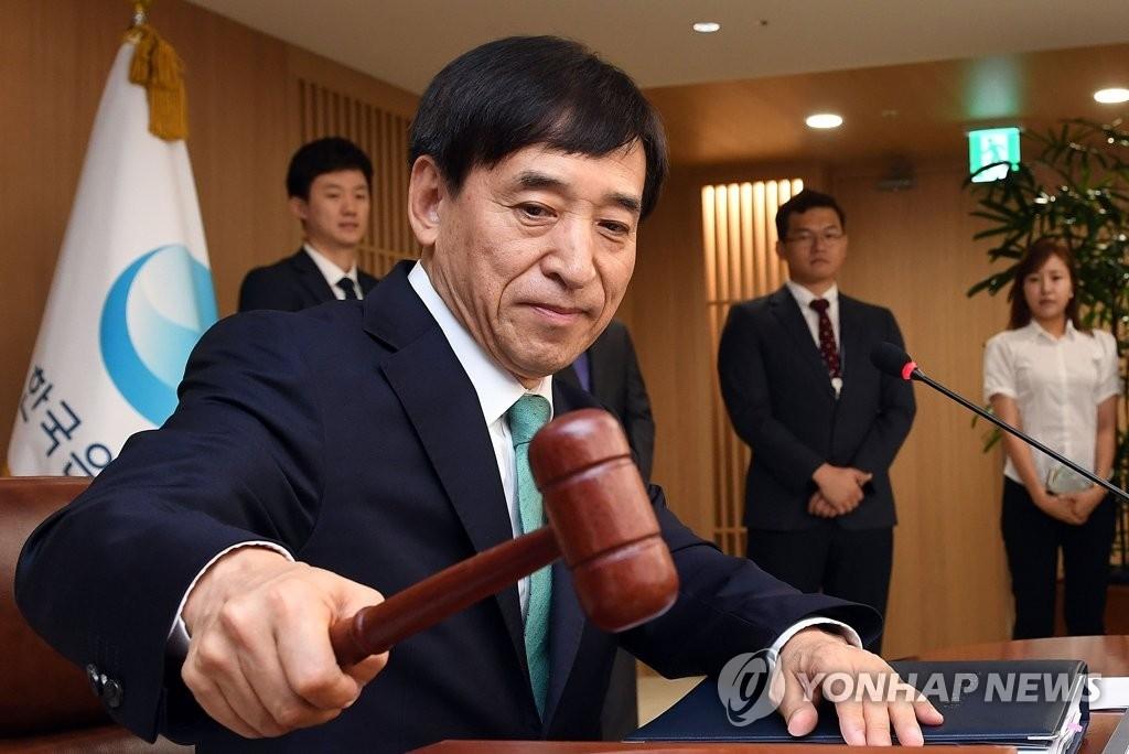 7月13日,在韩国银行,行长李柱烈主持召开金融货币委员会全体会议。(韩联社)