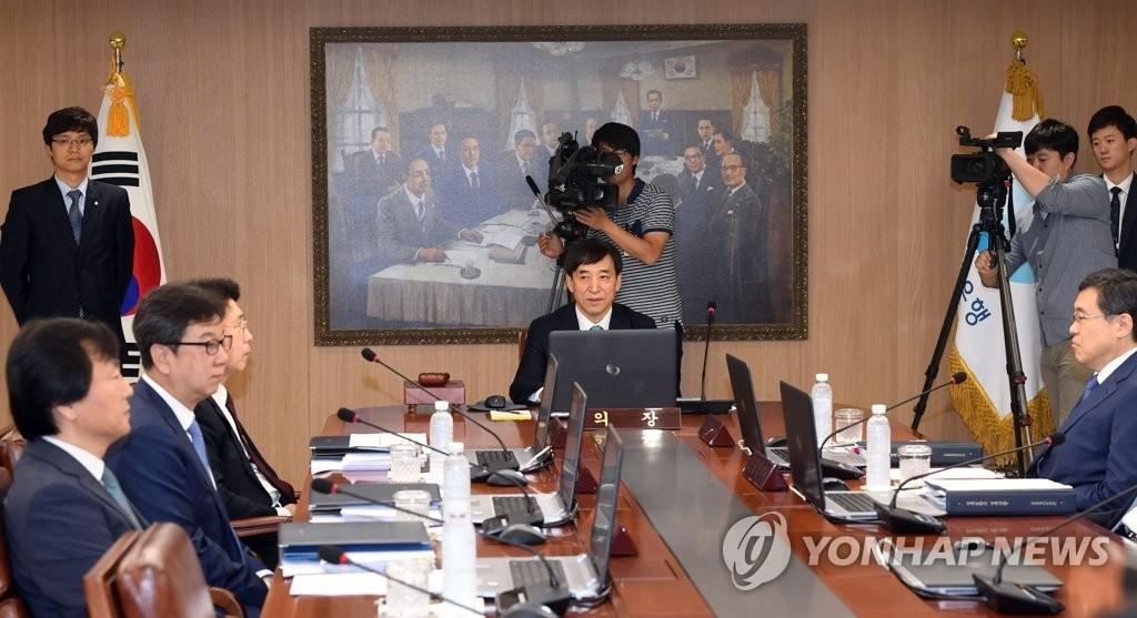 7月13日,韩国银行(央行)行长李柱烈(居中)主持召开金融货币委员会全体会议。(韩联社)