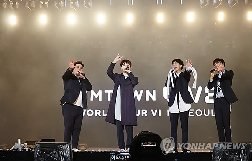 """7月8日,首尔世界杯体育场举行的""""SM TOWN LIVE WORLD TOUR VI""""演唱会上,Super Junior仅四人登台表演。(韩联社)"""
