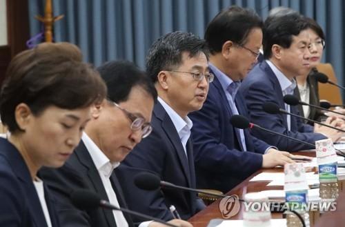7月16日,在中央政府首尔办公大楼,韩国经济副总理兼企划财政部长官金东兖(左三)主持召开经济部门长官会议。(韩联社)