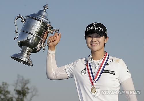 当地时间7月16日,在新泽西贝德明斯特特朗普国家高尔夫俱乐部,朴城炫捧起美国女子公开赛冠军奖杯。(韩联社)