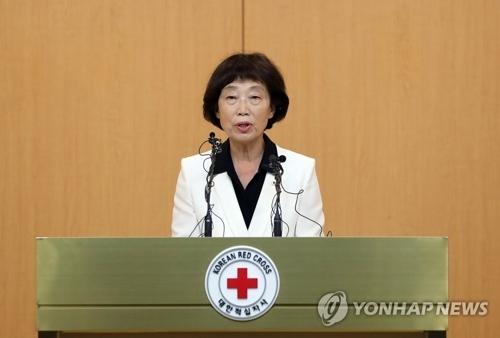 7月17日,在首尔大韩红十字会总部,代行大韩红十字会会长职务的金仙香召开记者会。(韩联社)