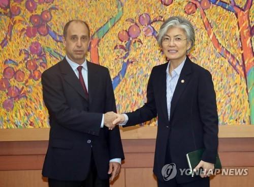 7月17日下午,在首尔韩国外交部大楼,外交部长官康京和(右)与联合国朝鲜人权状况问题特别报告员金塔纳握手。(韩联社)