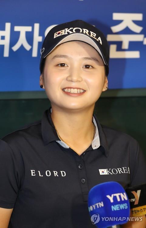 7月18日凌晨,在仁川机场,在美国女子公开赛上位列第二的崔慧珍发表赛后感言。(韩联社)