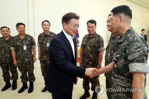 7月18日下午,在青瓦台,韩国总统文在寅与受邀共餐的韩军高层指挥官一一握手。(韩联社)
