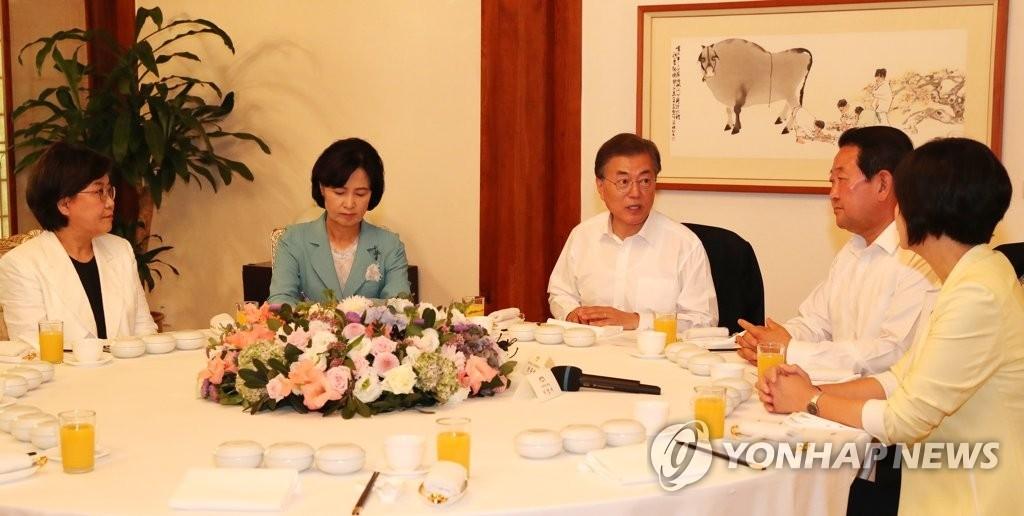 7月19日上午,在青瓦台,韩国总统文在寅(左三)与韩国4大党党首共进午餐。(韩联社)
