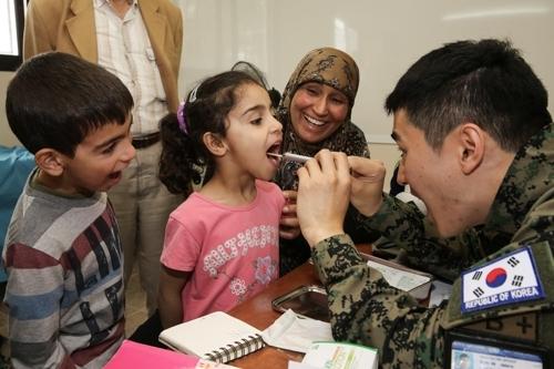 韩国东明部队军人为黎巴嫩儿童提供医疗救助。(韩国联合参谋本部提供)