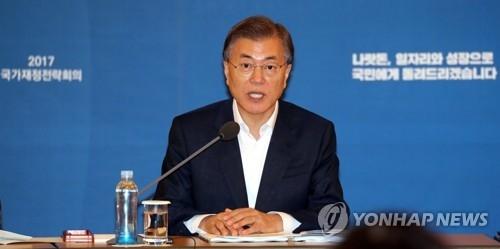 7月20日,在青瓦台迎宾馆,韩国总统文在寅在国家财政战略会议上发言。(韩联社)
