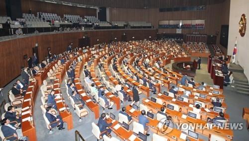 7月22日,韩国国会召开大会通过政府提交的额外补充预算案,图为会议现场。(韩联社)