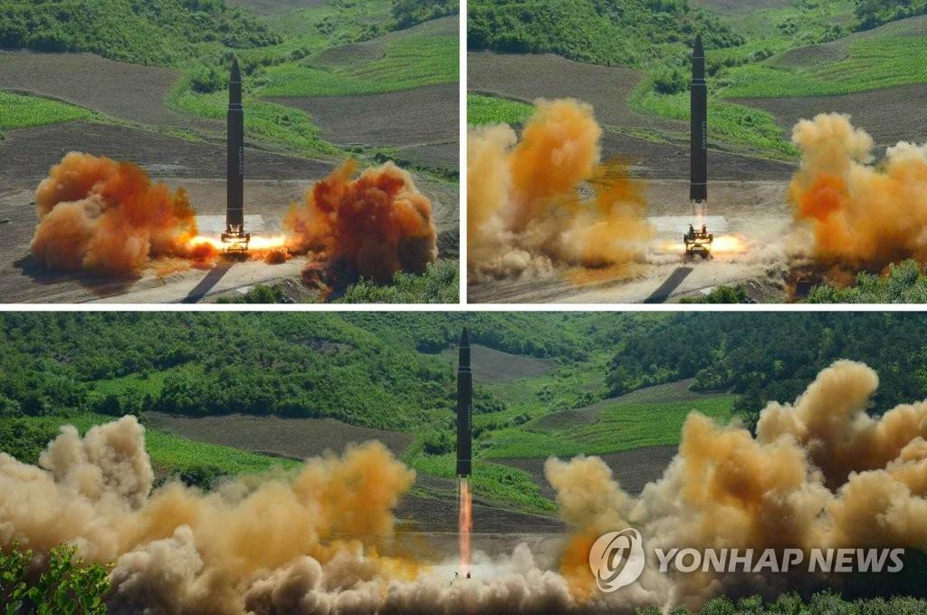 """图为朝鲜公开的""""火星-14""""导弹发射现场照。图片仅限韩国国内使用,严禁转载复制。(韩联社/《劳动新闻》)"""