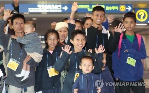 资料图片:缅甸难民移居韩国(韩联社)