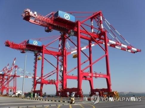 资料图片:仁川新港(韩联社/仁川港湾公社提供)