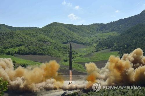 """资料图片:图为朝鲜公开的""""火星-14""""导弹发射现场照。图片仅限韩国国内使用,严禁转载复制。(韩联社/《劳动新闻》)"""