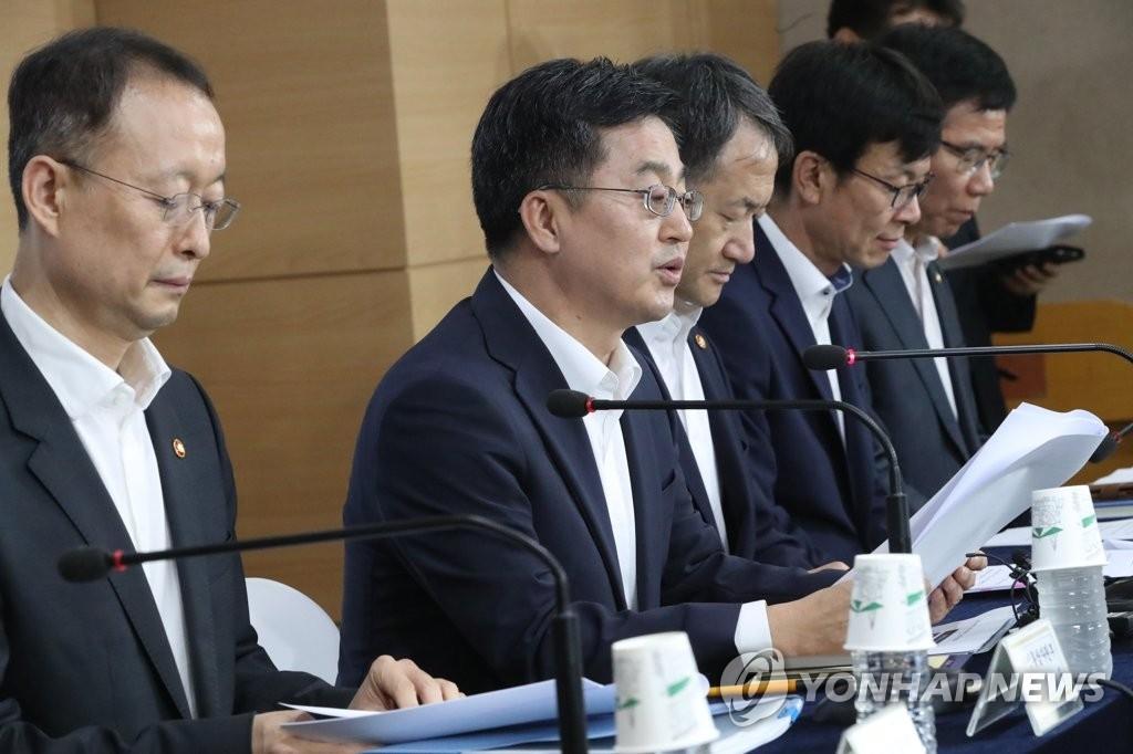 """7月25日,在中央政府首尔办公大楼,经济副总理兼财长金东兖(左二)在""""新政府经济政策方向发布会""""上发言。(韩联社)"""