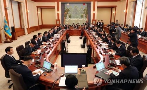 7月25日上午,在青瓦台,文在寅主持召开第一场没有朴槿惠任命官员参加的国务会议。(韩联社)