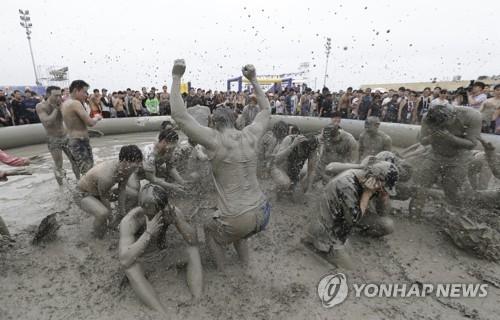 保宁泥浆节现场(韩联社/保宁市政府提供)