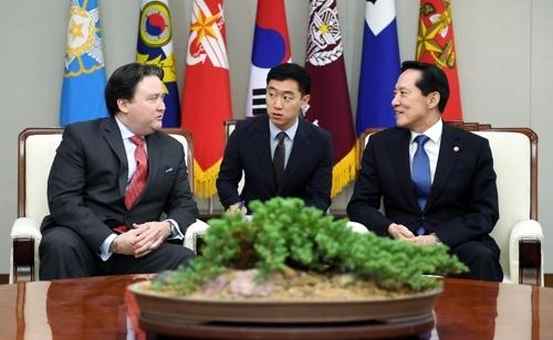 7月26日,在韩国国防部大楼,防长宋永武(右)会见美国驻韩使馆临时代办马克·纳珀(左)。(韩联社)