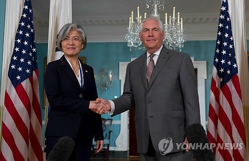 资料图片:康京和(左)与蒂勒森(韩联社/法新社)