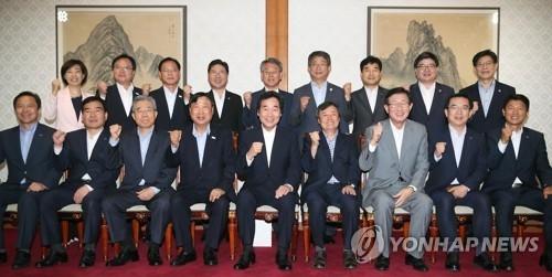 7月28日,在首尔总理公馆,韩国国务总理李洛渊(前排左五)与平昌冬奥会有关公共机关领导举行座谈并合影留念。(韩联社)