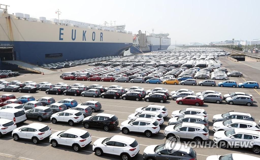 资料图片:图为停靠在码头待装船出口的汽车,摄于7月13日。(韩联社)