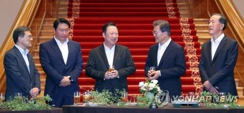 7月28日,在青瓦台,总统文在寅(右二)与韩国各大企业集团负责人交谈。(韩联社)