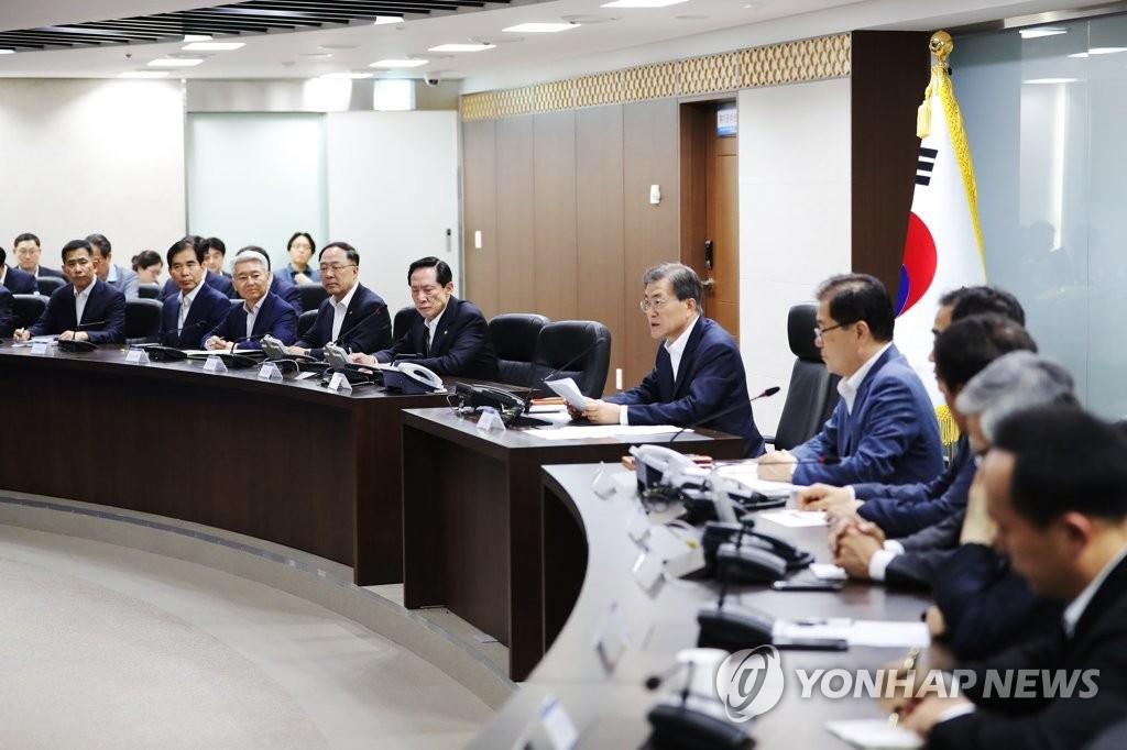 7月29日,在青瓦台,总统文在寅(右六)主持召开国家安全保障会议(NSC)全体会议。(韩联社/青瓦台提供)