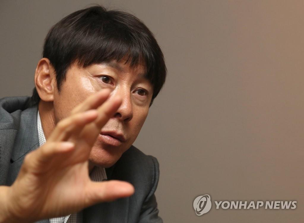 韩国国家男子足球队新任主教练申台龙 (韩联社)