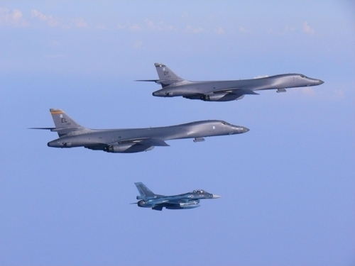 飞抵半岛上空的美国B-1B战略轰炸机(美太平洋空军司令部提供)