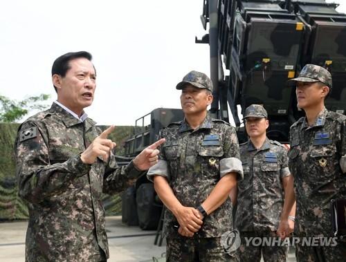 """7月30日,在驻韩国首都圈某部,宋永武视察""""爱国者""""防空导弹系统的戒备态势。(韩联社/韩国防部提供)"""