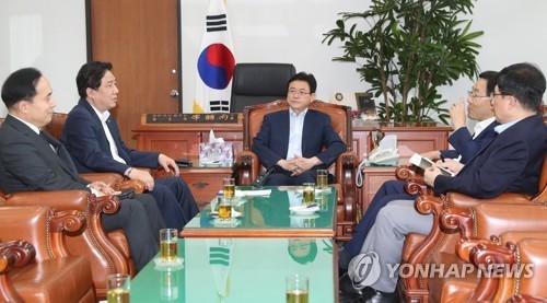 7月31日,在韩国国会情报委员长办公室,金相均(左一)出席情报委员会闭门座谈会。(韩联社)