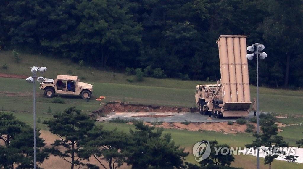 """资料图片:部署在星州高尔夫球场的""""萨德""""发射车 (韩联社)"""