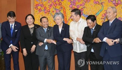 8月1日下午,在首尔韩国外交部大楼,韩国外交部长官康京和(左四)与东盟有关国家驻韩大使合影留念。(韩联社)