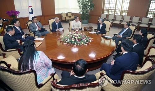 8月1日下午,在首尔韩国外交部大楼,韩国外交部长官康京和(右五)与东盟有关国家驻韩大使举行座谈会。(韩联社)