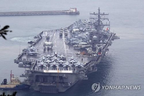 """资料图片:去年10月驶入釜山港的""""里根""""号航母(韩联社)"""