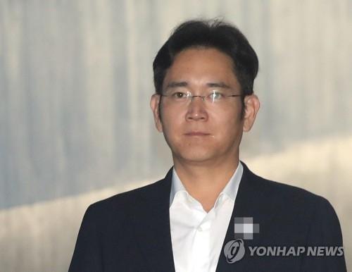 8月2日上午,在首尔中央地方法院,三星电子副会长李在镕走向法庭。(韩联社)