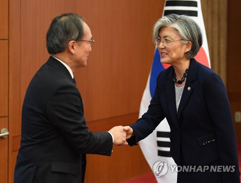8月3日,在外交部大楼,外交部长官康京和(右)与到访的日本驻韩大使长岭安政握手示意。(韩联社)