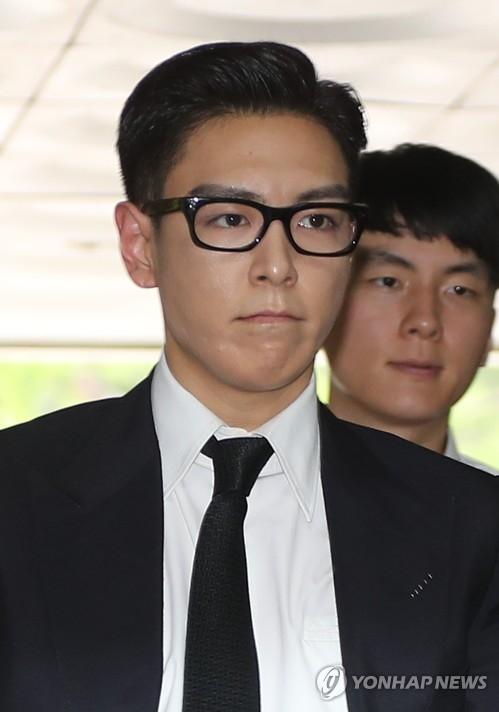 资料图片:7月20日,在首尔中央地方法院,因涉嫌吸大麻而被检方不捕直诉的男团BIGBANG成员T.O.P出庭。(韩联社)