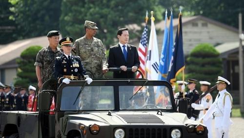8月4日,在韩美联合司令部,宋永武(西装)检阅仪仗队。(韩联社/韩国防部提供)