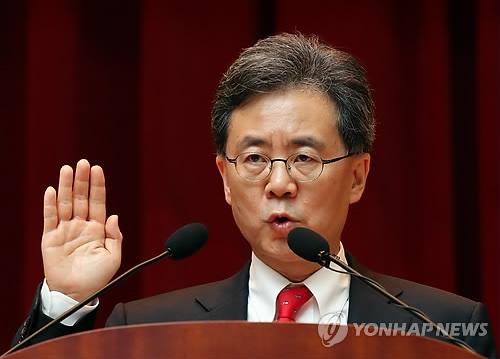 8月4日下午,在世宗市的中央政府办公楼,金铉宗宣誓就任通商交涉本部长。(韩联社)