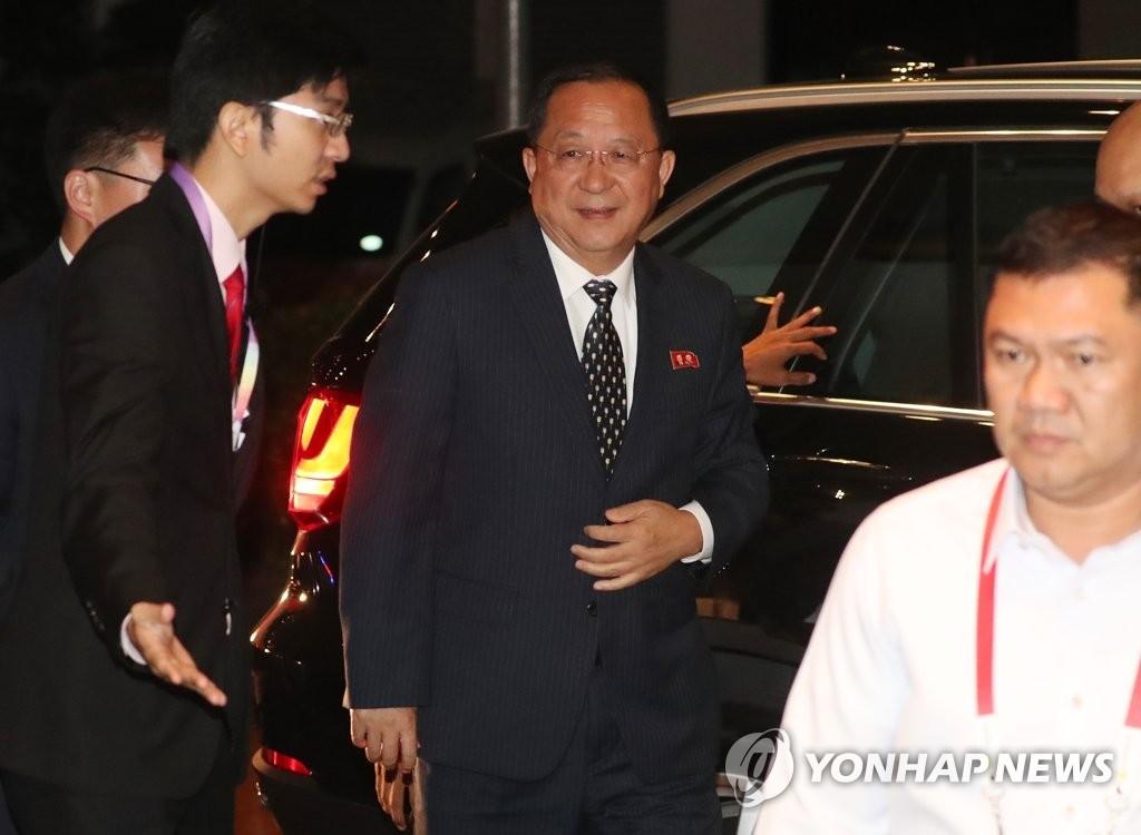 8月6日凌晨,朝鲜外务相李勇浩(左二)抵达马尼拉,不回应现场记者的提问。(韩联社)