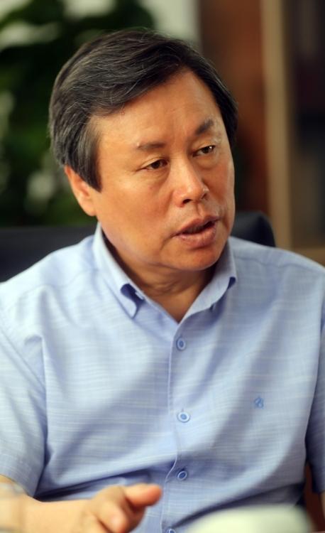 8月4日,在位于首尔龙山区的文体部大楼,韩国文化体育观光部长官都钟焕接受韩联社记者专访。(韩联社)