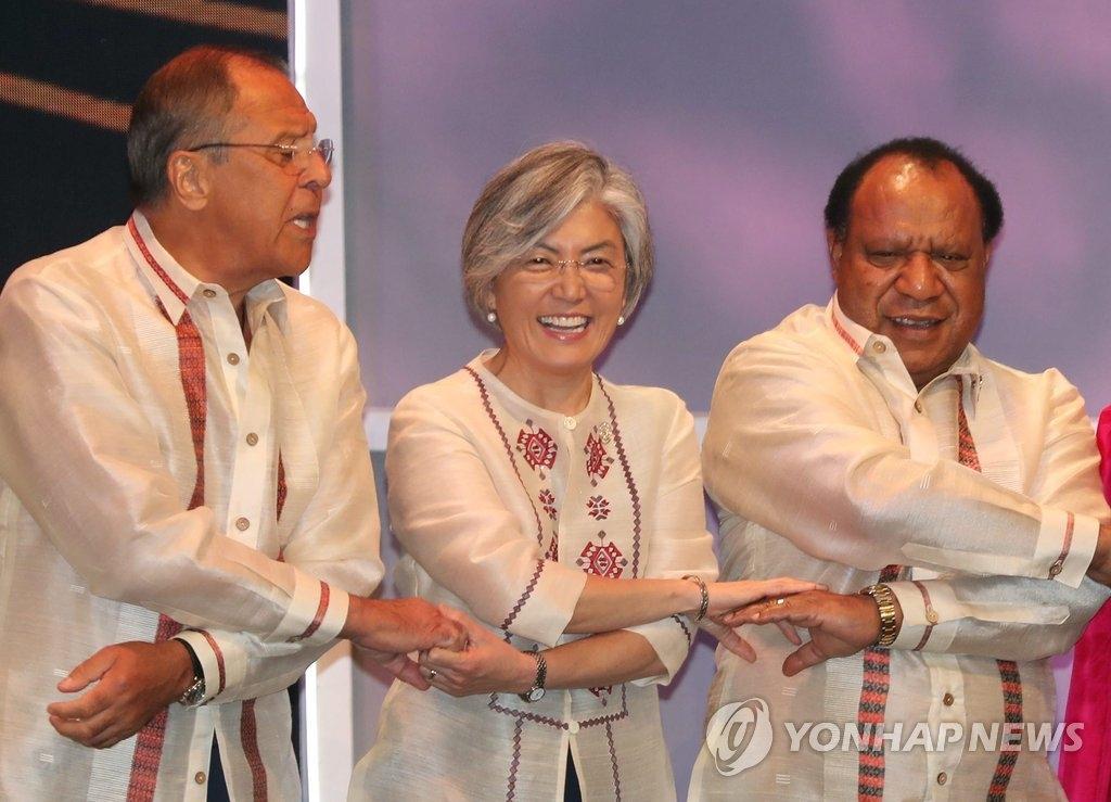 8月6日晚,在菲律宾马尼拉,韩国外长康京和(居中)出席东盟地区论坛(ARF)欢迎晚宴。(韩联社)